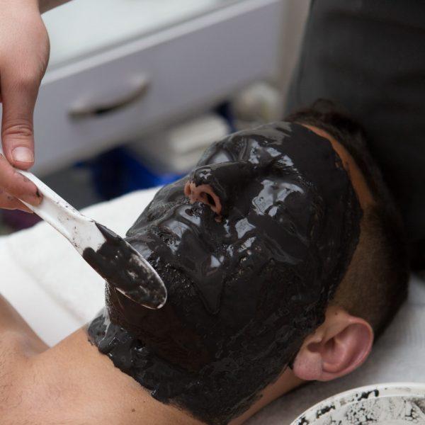 גידי קניוק-מסיכת פנים שחורה